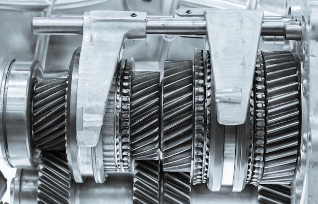 Chiuda sugli ingranaggi delle ruote del dente