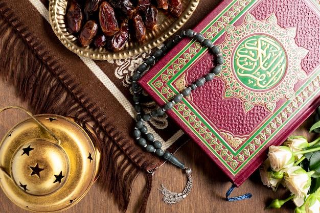 Chiuda sugli oggetti tradizionali arabi per la preghiera