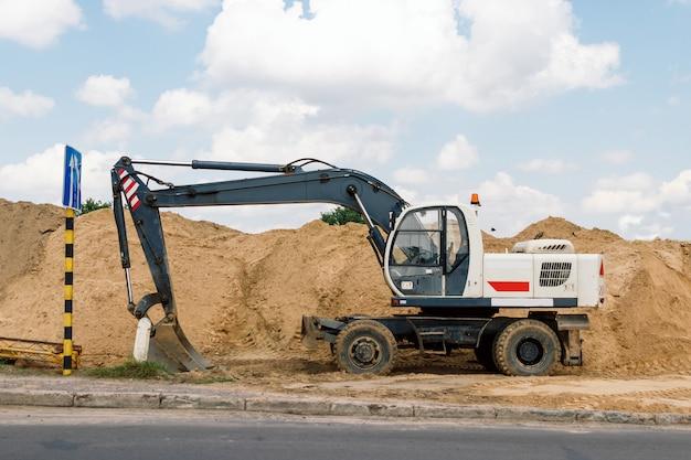 Chiuda sui dettagli di funzionamento industriale dell'escavatore