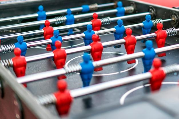 Chiuda sui giochi di svago della tavola con il fondo della sfuocatura. divertirsi sentirsi felici