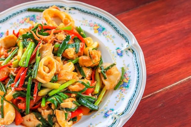 Chiuda sui granchi di shirmp del calamaro del curry dei frutti di mare della frittura sul piatto