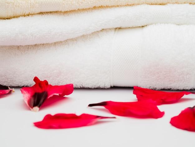 Chiuda sui petali accanto agli asciugamani
