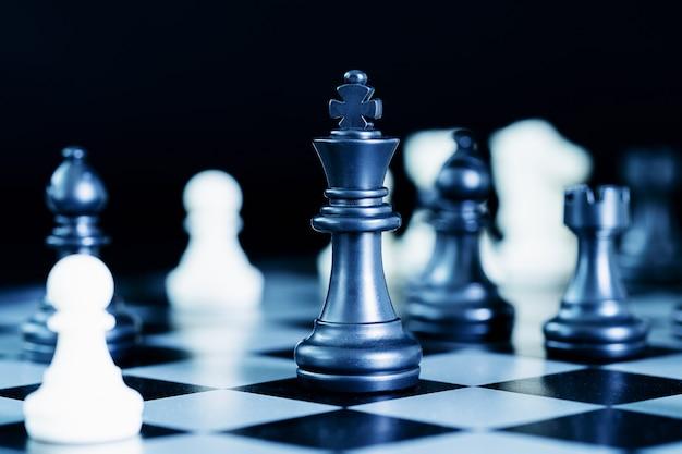 Chiuda sui pezzi degli scacchi sulla scacchiera