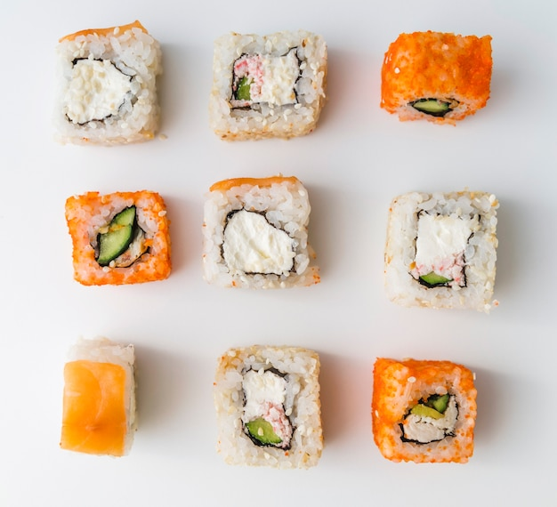 Chiuda sui rotoli di sushi di vista superiore