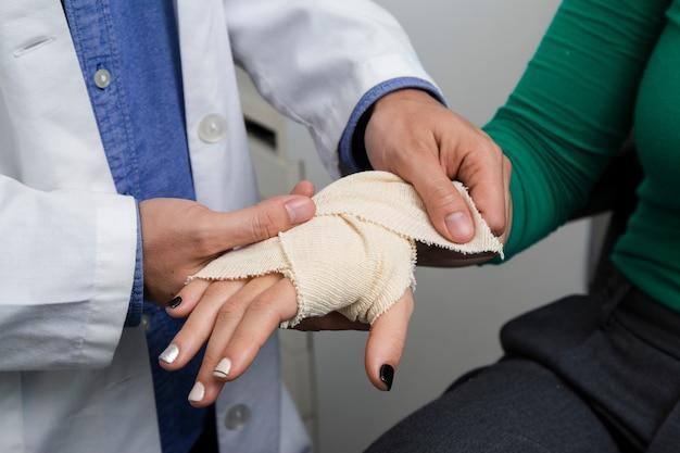 Chiuda sul braccio di bendaggio del medico