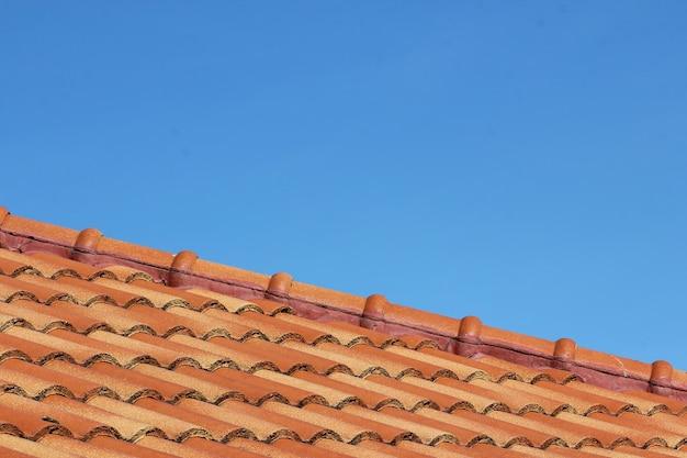 Chiuda sul cielo e sul tetto a casa in tailandia