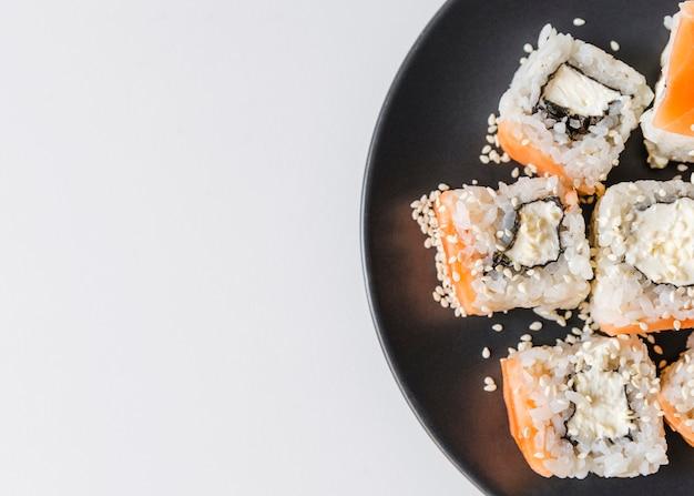 Chiuda sul colpo del piatto dei sushi con copia-spazio
