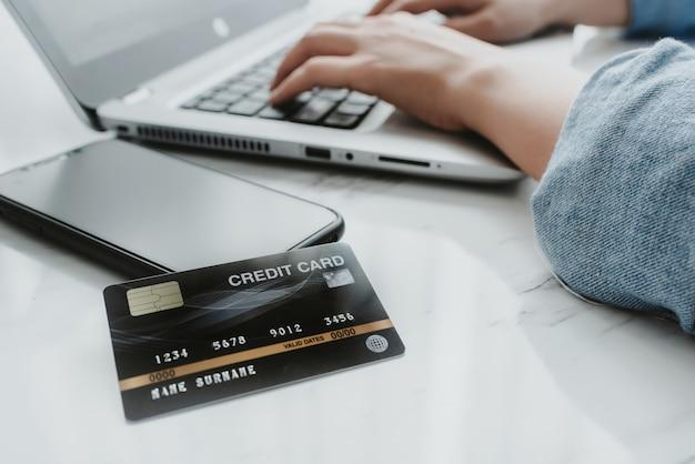 Chiuda sul colpo della carta di credito sullo smartphone
