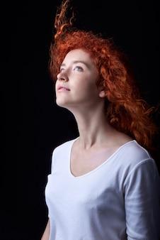 Chiuda sul colpo della ragazza dai capelli rossi caucasica con le lentiggini
