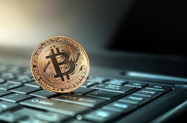 Chiuda sul concetto criptato della priorità bassa di valuta della moneta dorata del bitcoin.