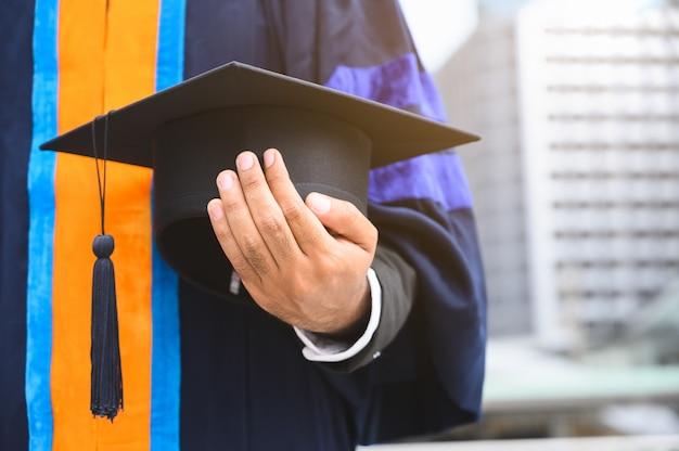 Chiuda sul concetto di istruzione del cappuccio di graduazione della tenuta di graduazione.