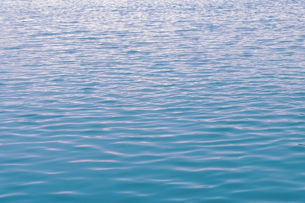 Chiuda sul fondo dell'acqua dell'oceano, struttura delle increspature dell'acqua blu
