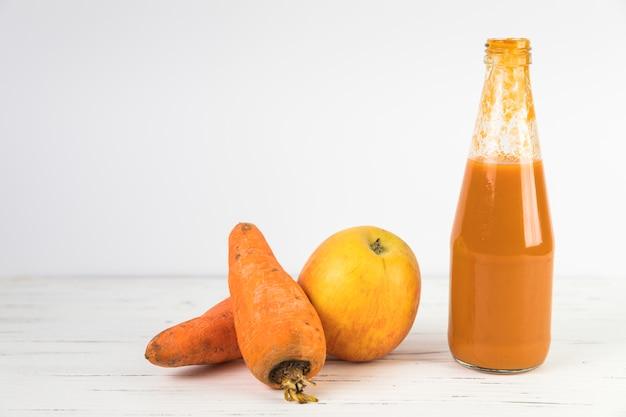 Chiuda sul frullato casalingo della carota sulla tavola