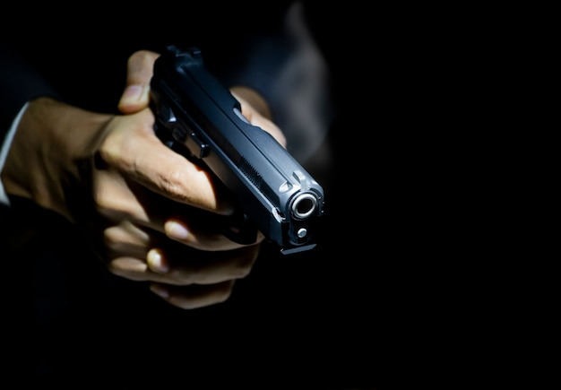 Chiuda sul gunman su priorità bassa scura