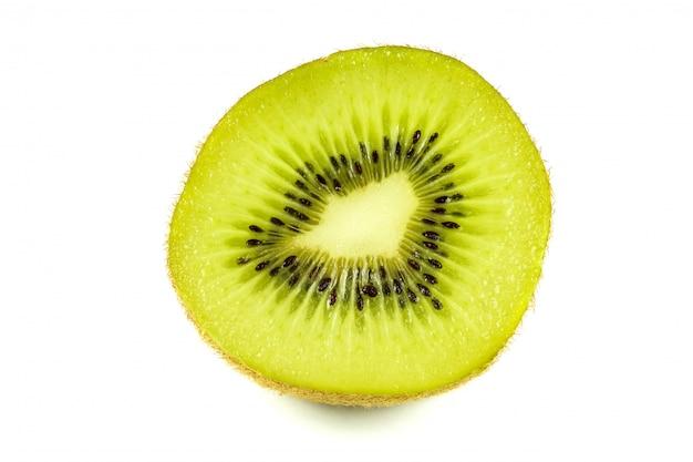 Chiuda sul macro taglio delle fette del kiwi isolato su bianco