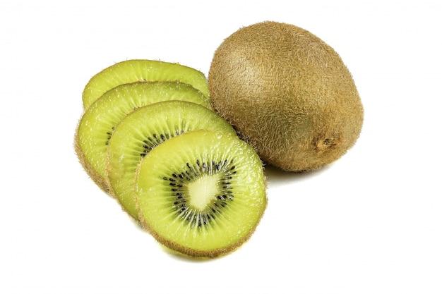Chiuda sul macro taglio delle fette del kiwi isolato