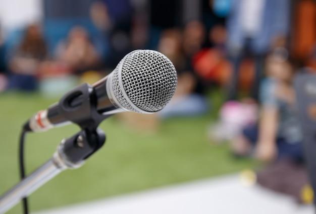 Chiuda sul microfono nell'auditorium