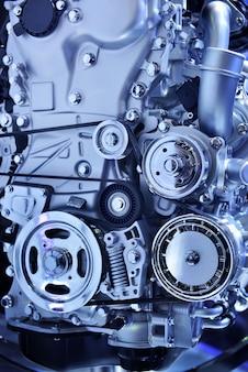 Chiuda sul motore potente di un'automobile nel tono blu