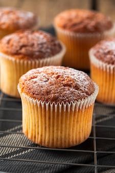 Chiuda sul muffin con zucchero a velo