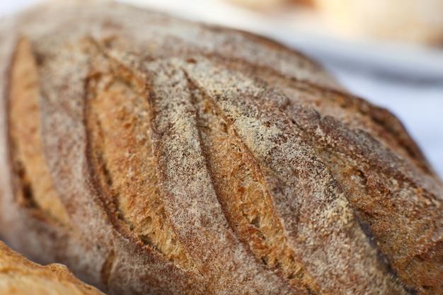 Chiuda sul pane cotto fresco su luce offuscata