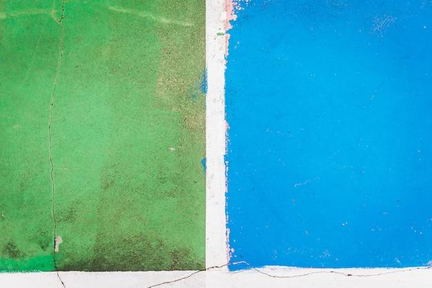 Chiuda sul pavimento del campo da pallacanestro concreto vecchio e incrinato per fondo astratto