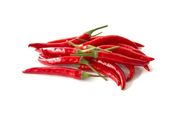 Chiuda sul peperoncino rosso isolato su un fondo bianco
