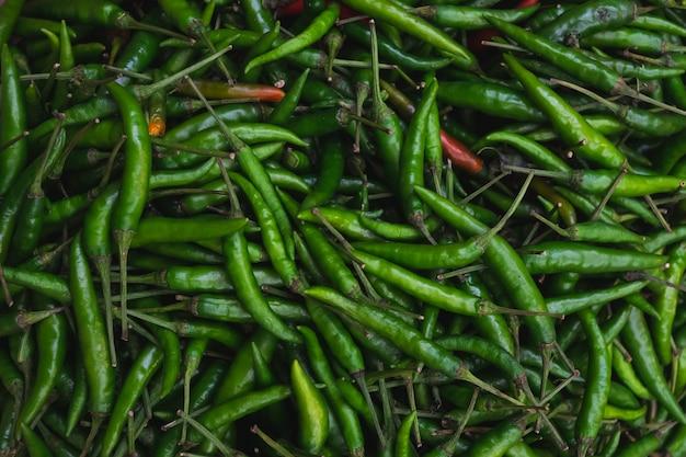 Chiuda sul peperoncino verde nel mercato