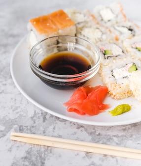 Chiuda sul piatto pieno dei sushi del colpo