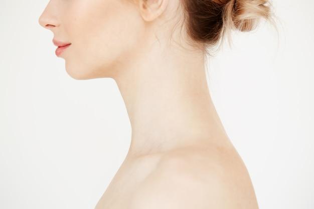 Chiuda sul profilo di bella ragazza nuda con sorridere pulito sano della pelle. cosmetologia spa e concetto di bellezza.