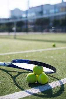 Chiuda sul razzo e sulle palle di tennis