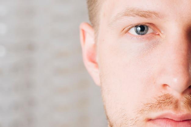 Chiuda sul ritratto degli occhi dell'uomo