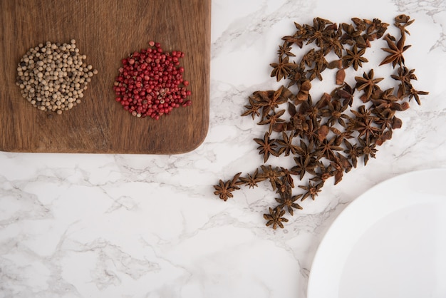 Chiuda sul ritratto dei semi e del peperone di anice