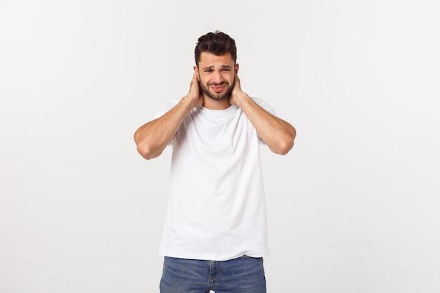 Chiuda sul ritratto del giovane barbuto sollecitato deluso in camicia più