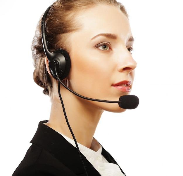 Chiuda sul ritratto del lavoratore di servizio di assistenza al cliente della donna