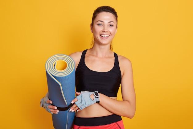 Chiuda sul ritratto della donna di forma fisica di esercizio pronta per l'allenamento