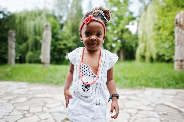 Chiuda sul ritratto della neonata africana che cammina al parco