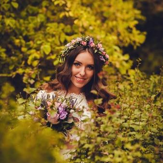 Chiuda sul ritratto della sposa in un abito da sposa elegante
