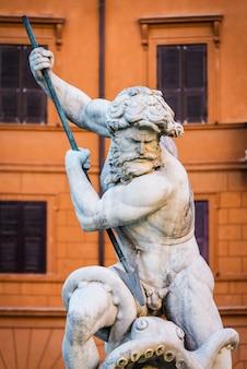 Chiuda sul ritratto della statua di dio nettuno. fontana di nettuno all'estremità settentrionale di piazza navona piazza navona / a roma, italia.