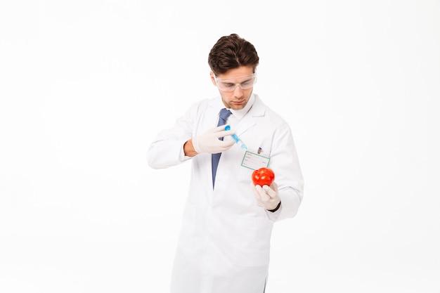 Chiuda sul ritratto di giovane medico maschio concentrato