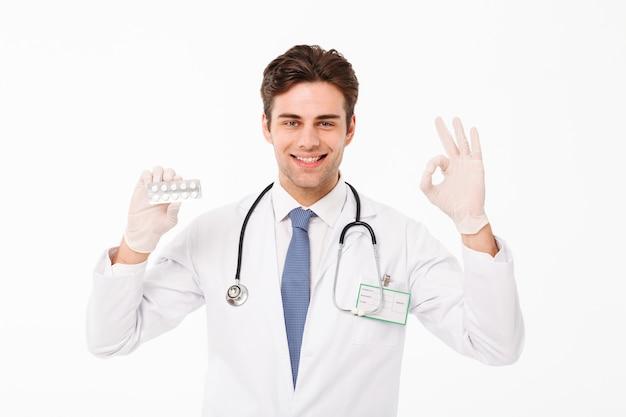 Chiuda sul ritratto di giovane medico maschio sicuro