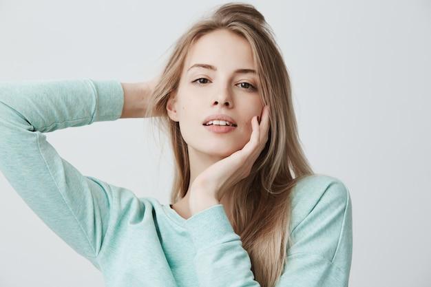 Chiuda sul ritratto di posa caucasica tenera adorabile della donna