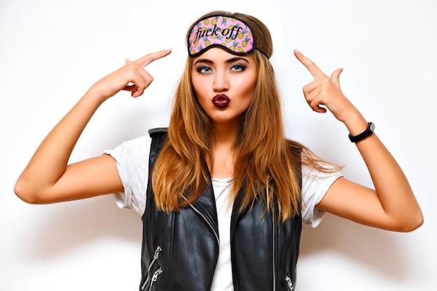 Chiuda sul ritratto di splendida donna sexy con trucco da sera alla moda grunge, pelle perfetta e labbra scure, indossando una maschera per gli occhi addormentata divertente.