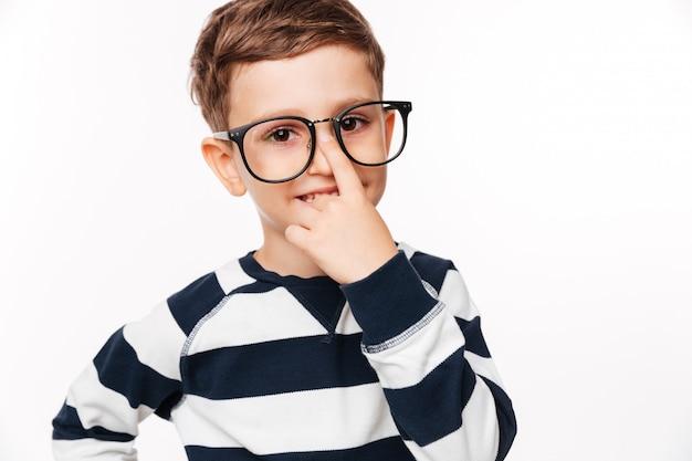 Chiuda sul ritratto di un bambino sveglio sorridente in occhiali