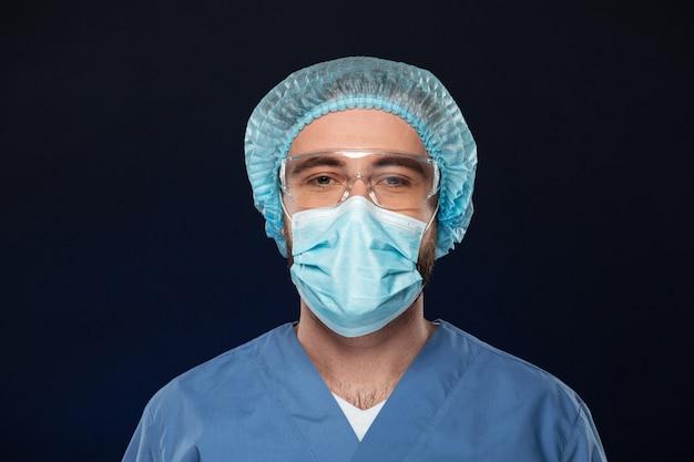 Chiuda sul ritratto di un chirurgo maschio