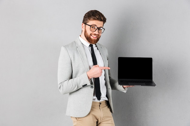 Chiuda sul ritratto di un uomo d'affari sorridente