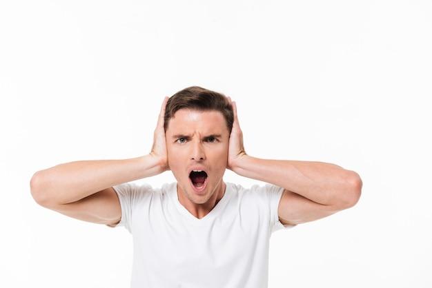 Chiuda sul ritratto di un uomo irritato arrabbiato che grida