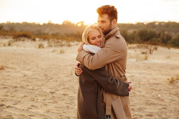 Chiuda sul ritratto di una coppia felice nell'amore che abbraccia