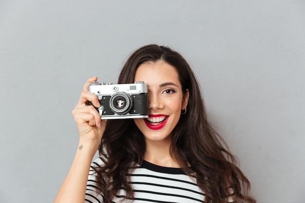 Chiuda sul ritratto di una donna graziosa che prende una foto