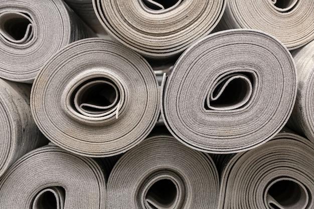 Chiuda sul rotolo della fibra del poliestere dell'isolamento dell'automobile o del fondo del feltro. schiuma isolante in polietilene con foglio di alluminio in rotoli