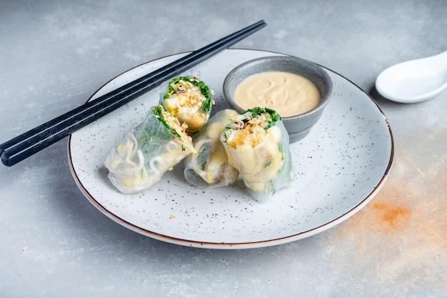 Chiuda sul rotolo di molla asiatico con il tofu